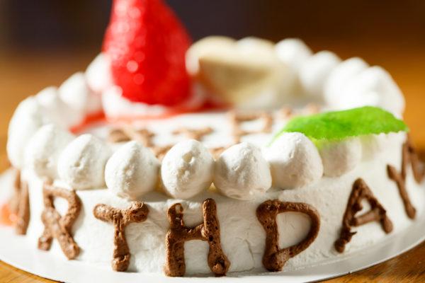 バースデーケーキの横の文字